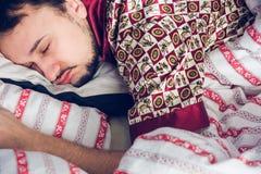 Närbild av en sova man Arkivbilder