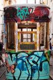 Närbild av en spårväg i Lissabon, Portugal royaltyfria foton