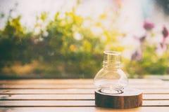 Närbild av en stearinljus i en ljusstake på en trätabell, tappning suddighet abstrakt bakgrund kopiera avstånd Fotografering för Bildbyråer