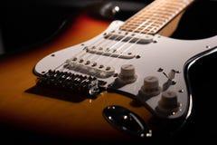 Närbild av en sunburst elektrisk gitarr arkivbilder