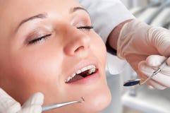 Närbild av en tandläkare på arbete Arkivbilder