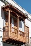 Närbild av en träbalkong på en byggnad i Gran Canaria royaltyfri bild