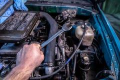 Närbild av en ung bilrepairman royaltyfri foto