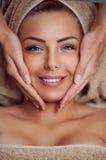 Närbild av en ung kvinna som får brunnsortbehandling Royaltyfria Foton