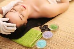 Närbild av en ung kvinna som får Spa behandling på skönhetsalongen Spa vänder mot massage Ansikts- skönhetbehandling Spa salong royaltyfria bilder
