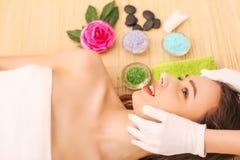 Närbild av en ung kvinna som får Spa behandling på skönhetsalongen Spa vänder mot massage Ansikts- skönhetbehandling Spa salong royaltyfri foto