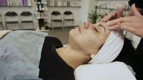 Närbild av en ung kvinna som får Spa behandling Spa hud och kroppomsorg Närbild av den unga kvinnan som får brunnsortmassagebehan stock video