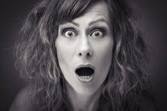 Närbild av en ung kvinna som ser spännande Arkivfoto