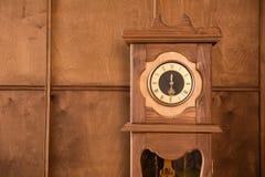 Närbild av en utomhus- klocka för tappning Arkivbilder