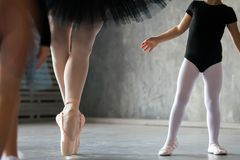 Närbild av en vuxen härlig ballerina fotografering för bildbyråer