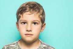 Närbild av ett barn som ser en allvarlig kamera royaltyfria bilder