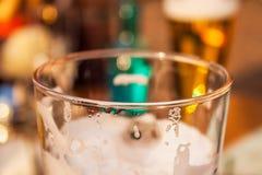 Närbild av ett exponeringsglas av lageröl fotografering för bildbyråer