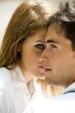 Närbild av ett förälskat ungt par royaltyfri foto