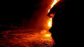 Närbild av ett lavaflöde in i havet på Hawaii lager videofilmer