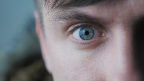 Närbild av ett manligt öga för ` s Eleven begränsar i ultrarapid lager videofilmer
