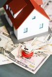 Närbild av ett modellhus och ett nyckel- föreslående husförvärv eller hyra royaltyfri foto