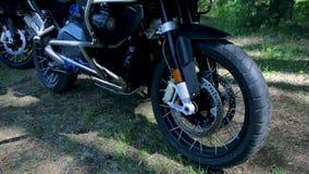 Närbild av ett motorcykelhjul, skogbakgrund gem Närbild av hjulförsökmotorcykeln medan konkurrens i natur arkivfilmer