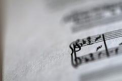 Närbild av ett musikark Arkivbild