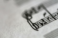 Närbild av ett musikark Arkivfoto
