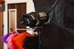 Närbild av ett paraply tillbaka i en fotografisk studio mot a arkivbilder