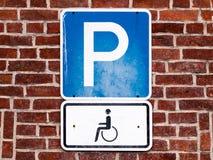 Närbild av ett parkeringstecken för disablefolk Arkivbilder