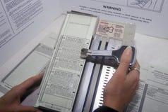 Närbild av ett röstningbås och en sluten omröstningmaskin med sluten omröstning, CA Arkivfoto