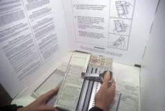 Närbild av ett röstningbås och en sluten omröstningmaskin med sluten omröstning, CA Royaltyfri Fotografi