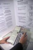 Närbild av ett röstningbås och en sluten omröstningmaskin med sluten omröstning, CA Arkivbild