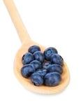 Närbild av ett saftigt, healthful och smakligt blåbär i en träsked som isoleras på en vit bakgrund Organisk hög av bär för royaltyfria bilder
