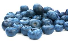 Närbild av ett saftigt, healthful och smakligt blåbär som isoleras på en vit bakgrund Sommarfrukter Organiska ingredienser för nu royaltyfri bild