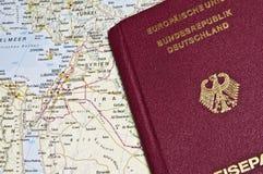 Närbild av ett tyskt pass med en översikt av Mellanösten royaltyfri fotografi
