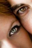Närbild av ett ungt par arkivfoto