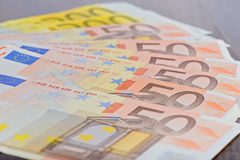 Närbild av eurosedlar på tabellen Royaltyfri Foto