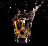 Närbild av exponeringsglas med whisky Arkivfoto