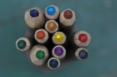Närbild av färgpennor Arkivbilder
