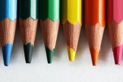 Närbild av färgrika blyertspennor som isoleras på vit Royaltyfria Bilder