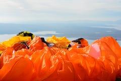 Närbild av färgrika extra starka rader av en paraglide arkivfoto
