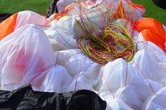 Närbild av färgrika extra starka rader av en paraglide arkivfoton