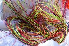 Närbild av färgrika extra starka rader av en paraglide arkivbild
