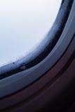 Närbild av fönstret i frost Arkivfoton