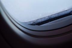 Närbild av fönstret i frost Arkivfoto