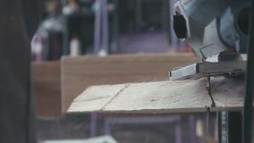 Närbild av figursågen för träsnittelkraft Föreningsmänniskan leder figursågen för trä arkivfilmer