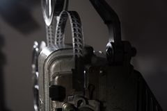 Närbild av filmen för mm 16 på projektorn Royaltyfri Foto