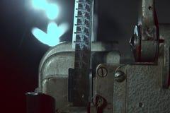 Närbild av filmen för mm 16 på projektorn Arkivfoton
