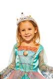 Närbild av flickan i prinsessaklänning med kronan Royaltyfri Foto