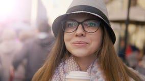 Närbild av flickan som har kaffe lager videofilmer