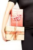 Närbild av flickan som rymmer stor giftbox royaltyfria foton