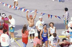 Närbild av folkmassan av löpare under den Los Angeles maraton, Los Angeles, Kalifornien Royaltyfri Fotografi