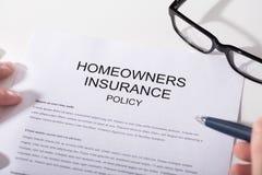 Närbild av formen för husägareförsäkringpolitik arkivfoton