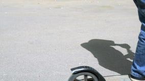 Närbild av fot av pojken i gymnastikskor på sparkcykeln arkivfilmer